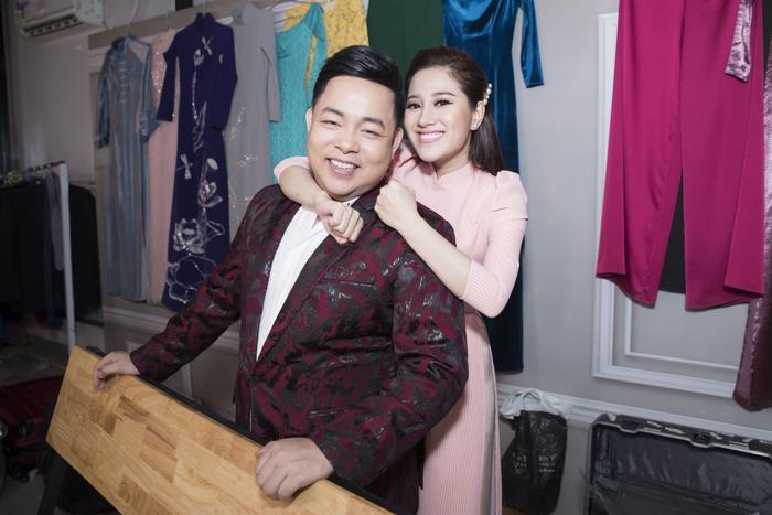 Trong hậu trường, Quang Lê và Tố My cũng không ngần ngại thể hiện tình cảm giữa hai người anh em thân thiết.