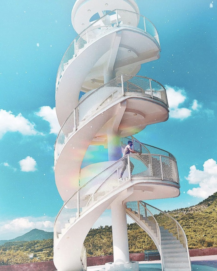 Cầu thang xoắn ốc là công trình độc đáo được thiết kế độc lập giữa khuôn viên khu dân cư. Từ bậc thang cao nhất, bạn có thể ngắm nhìn toàn thành phố Nha Trang. @233.92