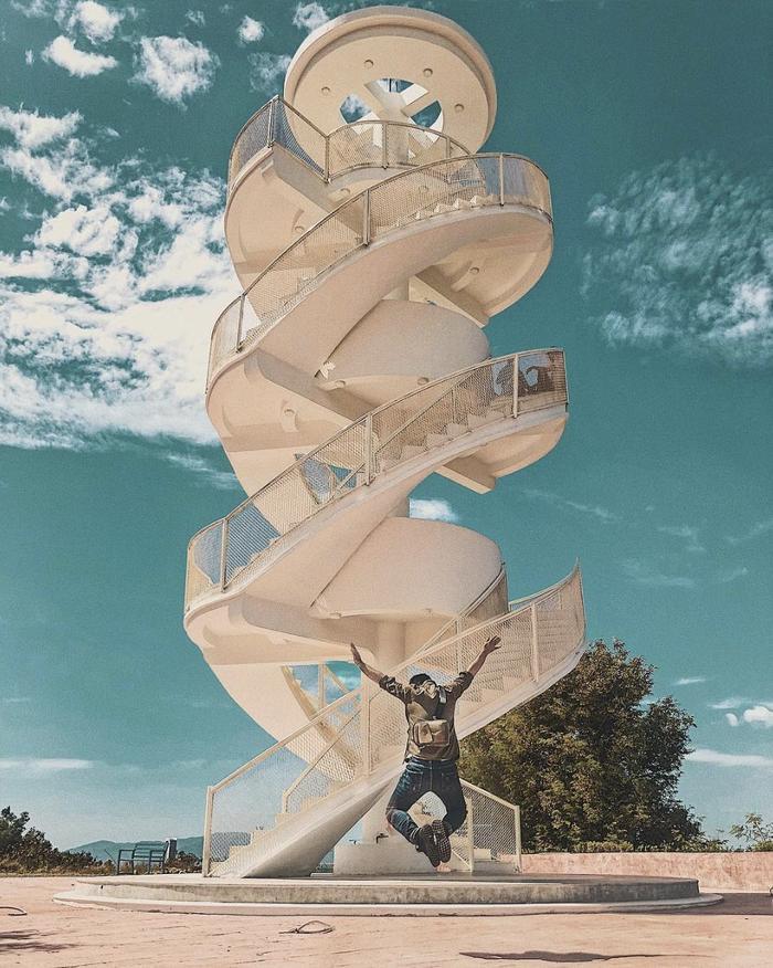 Cầu thang xoắn ốc này như một công trình đặc biệt mọc ra giữa bầu trời xanh. (@cuongkhii)