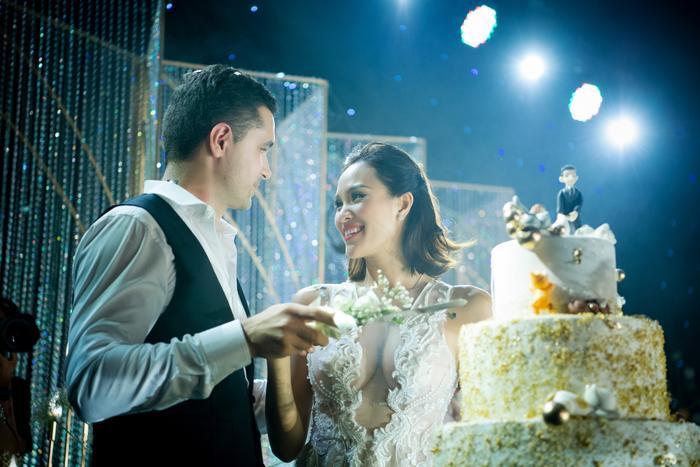 Phương Mai diện trang sức 1,4 tỷ, hạnh phúc sánh bước cùng ông xã Marcin trong ngày cưới.