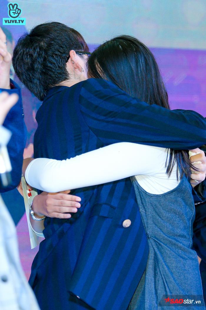 … ôm thật chặt và không kìm nén được sự vui mừng.