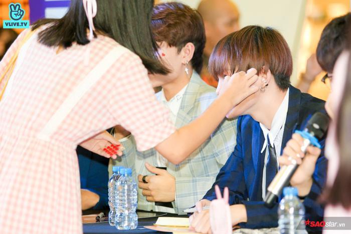 Buổi fansign của Zero 9: Fan từ cười tươi hết cỡ đến xúc động, ôm chặt các thành viên không rời ảnh 23