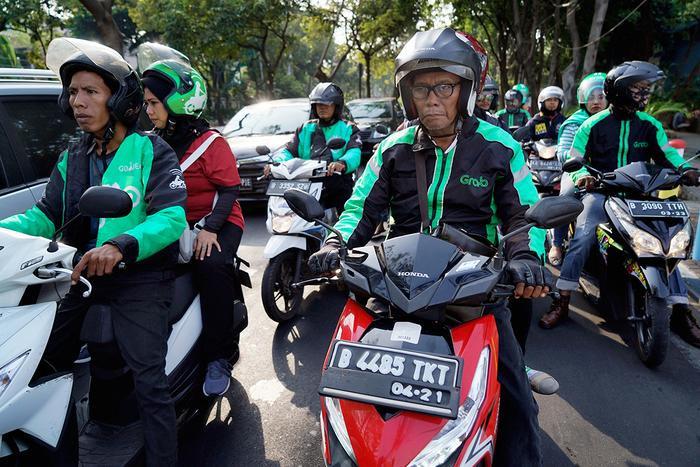 Tài xế Grab và Go-Jek trên một con đường ở Jakarta, Indonesia.