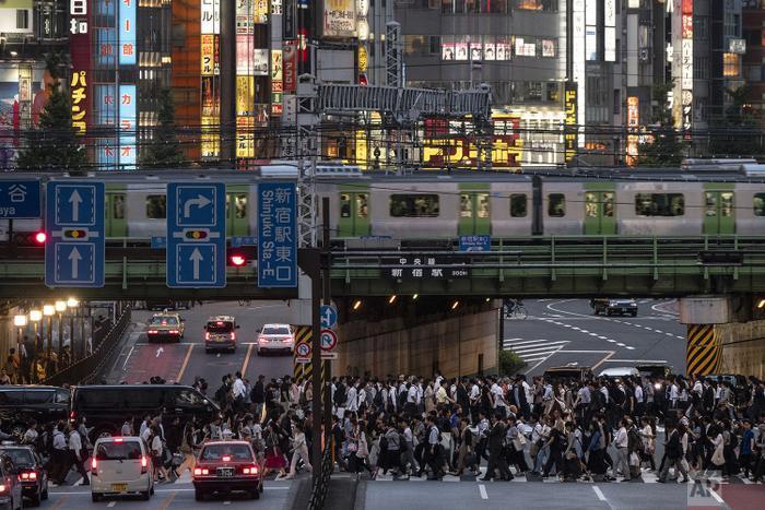 Chuyến tàu Yamanote đi qua những đại lộ đông đúc vào giờ cao điểm ở quận Shinjuku.