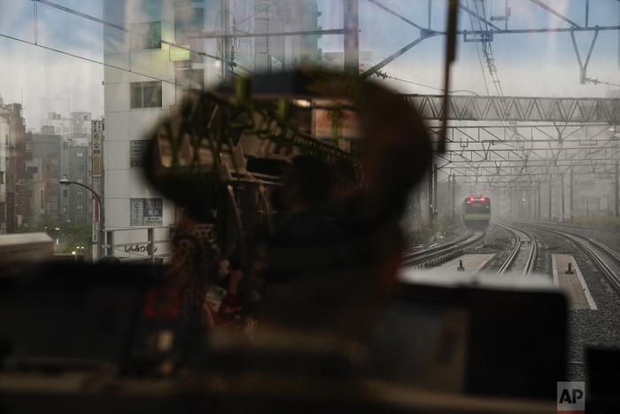 Cảnh tượng nhìn từ bên trong buồng lái tàu, trạm kế tiếp là nhà ga Ebisu. Ở chiều bên kia là tàu chạy ngược lại, có ít nhất hai đoàn tàu lưu thông cùng nhau để đảm bảo mật độ giao thông.