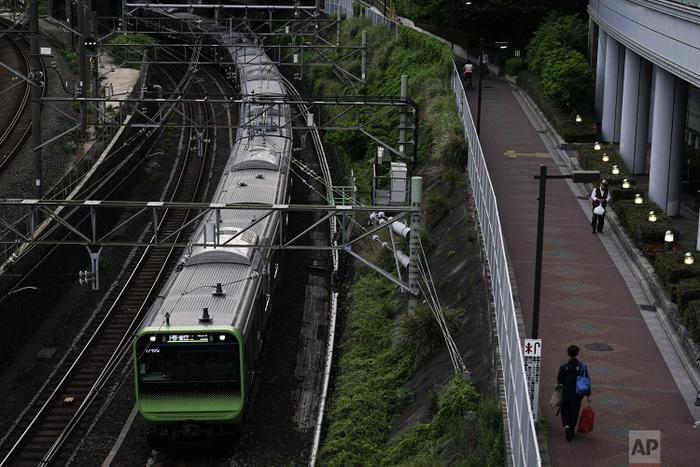 Tàu Yamanote chạy phần lớn quãng đường ở trên mặt đất hoặc trên cầu cạn, chỉ có nhà ga chính của nó nằm ngầm bên dưới khu trung tâm thành phố.