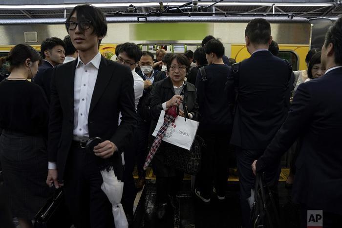 Người đợi lên tàu đang đứng xếp hàng ở hai bên để chờ nhóm khách trước xuống tàu.