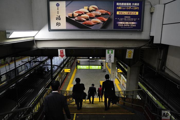 Trái ngược với sự đông đúc đến khó thở bên trong khoang tàu, các nhà ga lẻ thường không quá nhộn nhịp.