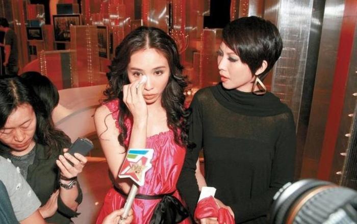 Lê Tư quyết định từ giã sự nghiệp diễn xuất vào năm 2008. Kìm không được nước mắt, nữ diễn viên đứng ra thông báo với truyền thông.
