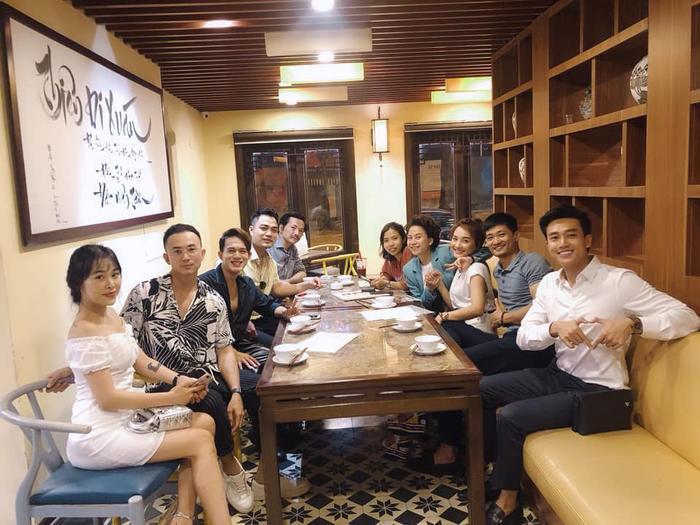 Hằng Phạm (váy trắng) xuất hiện cùng Anh Vũ khi đi ăn chung với dàn diễn viên Về nhà đi con.