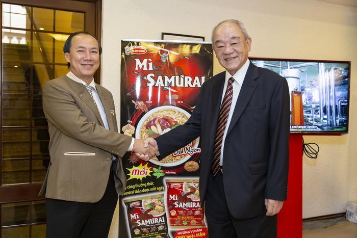 Ông Kajiwara Junichi - TGD Acecook Việt Nam và BS Lương Lễ Hoàng tại buổi hội thảo ra mắt mì Samưrai.