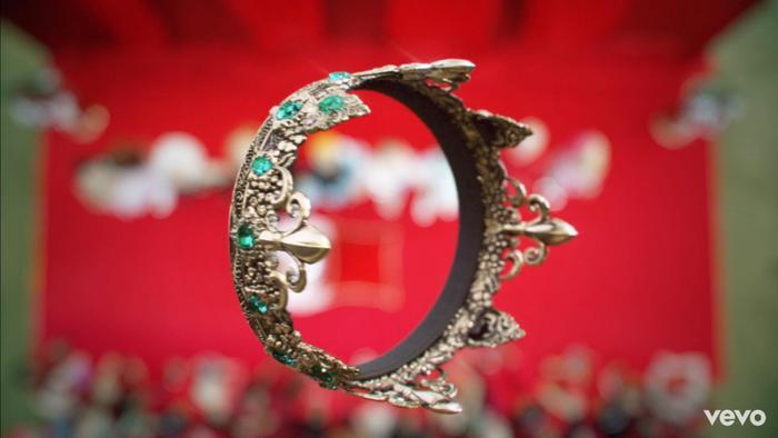 """Chiếc vương miện tượng trưng cho ngôi vị """"nữ hoàng nhạc Pop"""" mà giới truyền thông cố gắng gán ghép cho những người nghệ sĩ."""