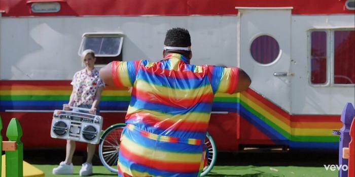 MV với những hình ảnh mang thông điệp ủng hộ cộng đồng LGBT.