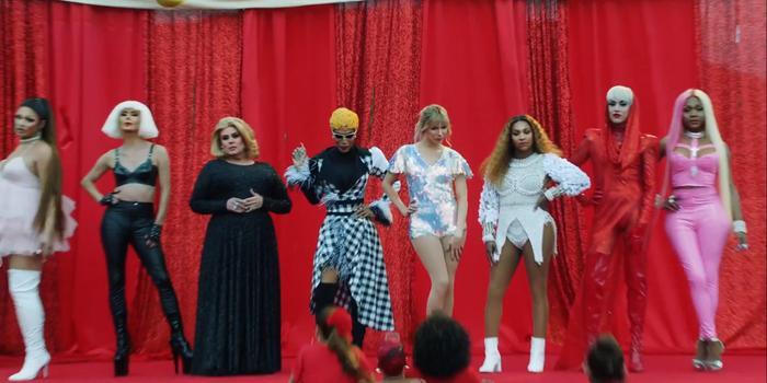 Hình ảnh những ngôi sao nhạc pop như Ariana Grande, Adele, Lady Gaga,… được tái hiện bởi những Drag Queen.