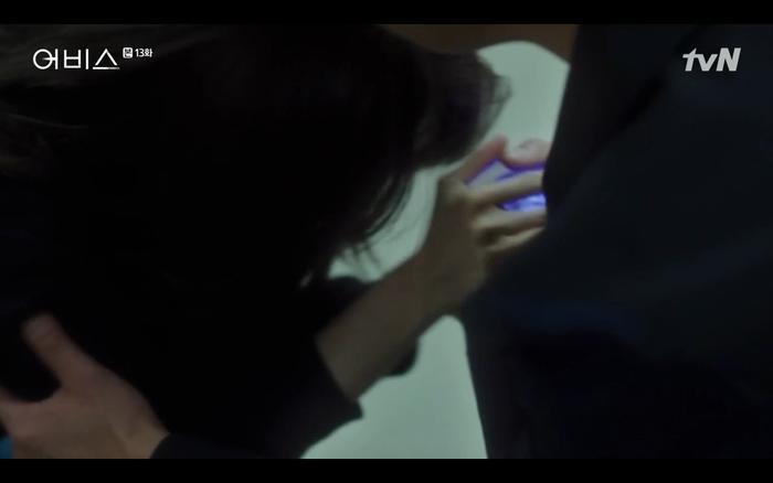 Hee Jin cầu xin Cha Min dùng đá abyss cứu mẹ nhưng phải đợi dư luận lắng xuống.