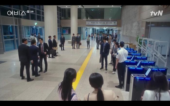 Phim Abyss tập 13-14: Ahn Hyo Seop lại hồi sinh sát nhân, đau khổ khi Park Bo Young bị nhốt trong phòng băng đến chết ảnh 17