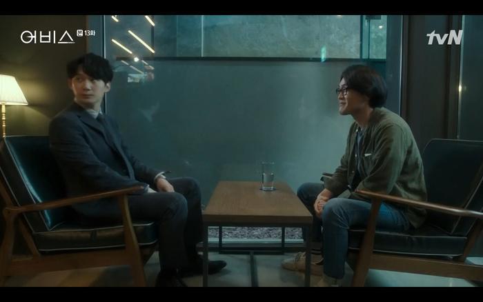 Người tiền bối Seung Hun vì biết quá khứ là con nuôi của Ji Wook đã có ý đe dọa anh.