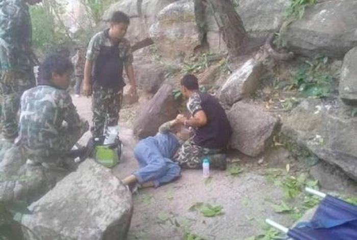 Chị Wang rơi xuống vách núi sâu khoảng 34 m.