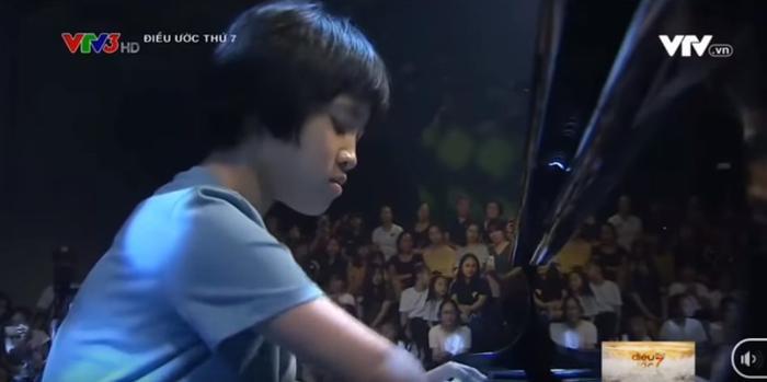 """Cô bé chăm chú chơi đàn piano tại chương trình """"Điều ước thứ 7""""."""