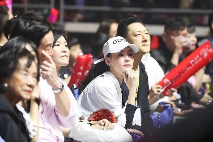 Trương Bá Chi xuất hiện bên cạnh người đàn ông lạ mặt tại Singapore, nghi ngờ là cha của đứa con thứ ba ảnh 13