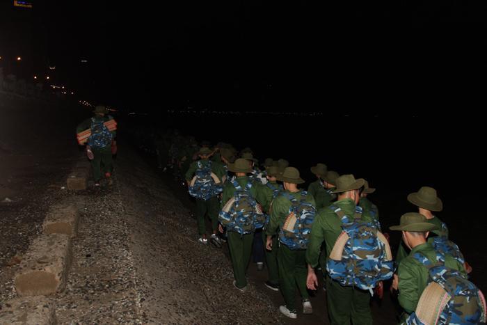 Các tân binh sẽ hành quân đêm dưới sự dẫn dắt, hướng dẫn của thầy giáo dạy quân sự.