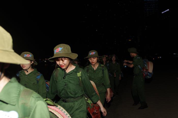 Người đội trưởng luôn sát sao bên các thành viên trong tiểu đội của mình, đảm bảo sự an toàn để buổi tập luyện diễn ra suôn sẻ nhất.