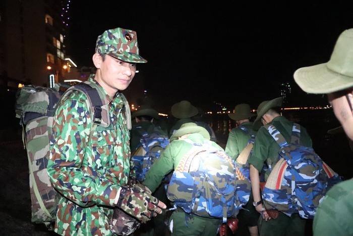 Người thầy hướng dẫn, sát sao các sinh viên trong chuyến hành quân đêm.