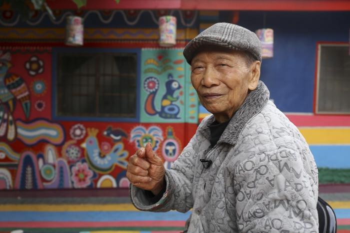 Nghệ nhân 97 tuổi, ông Hoàng Vĩnh Phụ, là cha đẻ của những bức họa tại Làng Cầu Vồng, Đài Trung, Đài Loan. Ảnh: Rachel Chung/SCMP.