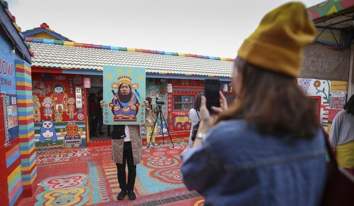 Làng Cầu Vồng là một đại tác phẩm nghệ thuật sắp đặt với lối vẽ độc đáo, thu hút hàng triệu du khách từ khắp nơi trên thế giới mỗi năm. Ảnh: Rachel Chung/SCMP.