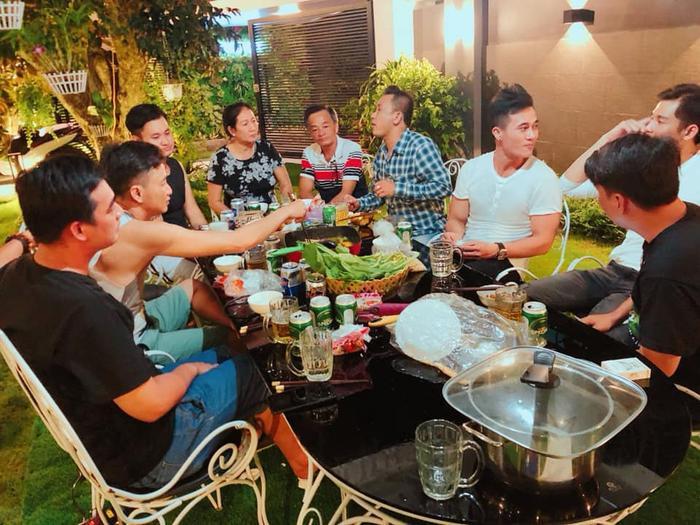 Đây là một bữa tối ấm cúng cùng gia đình và bạn bè của Quốc Trường.