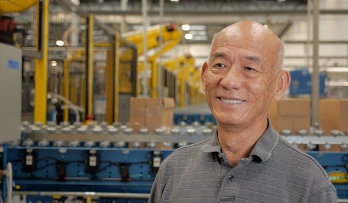 David Tran tại nhà máy sản xuất tương ớt của ông ở Los Angeles. Ảnh: Griffin Hammond.