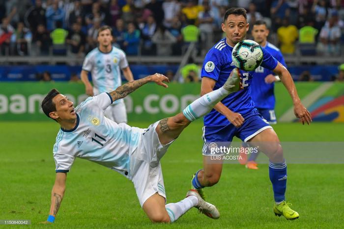 Vì trước đó, một phút lơ là của hàng thủ Argentina đã khiến họ phải trả giá bằng bàn mở tỉ số của Richard Sanchez. Ở tình huống này, cầu thủ Paragoay đã đi bóng hơn 40m qua hàng loạt hậu vệ Argentina trước khi dứt điểm ghi bàn.