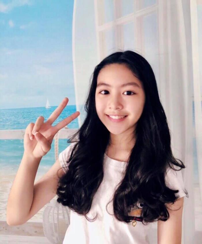 Hình ảnh Lọ Lem và mái tóc mới do chính cô bé tự cắt và tạo kiểu được mẹ Dạ Thảo (Vợ Quyền Linh) đăng tải trên trang cá nhân của mình