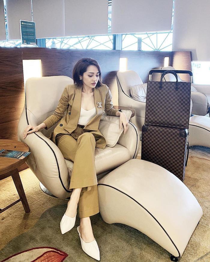 Nếu nàng hậu chọn street style trong ngày là kimono màu sắc rực rỡ thì Bảo Anh lại quyến rũ hết mức với cả cây vest và quần ống suông cùng tông màu da sang trọng, lịch thiệp.
