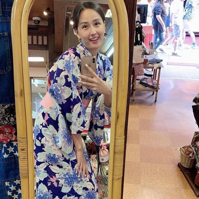 Diện một bộ kimono cách tân có tông xanh rất xinh xắn mát mắt, và chân dài phải khom lưng, cúi người mới có thể nhìn thấy mình trong gương. Cùng với đó, Mai Phương Thúy cũng chụp lại một tấm ảnh vui làm kỉ niệm.