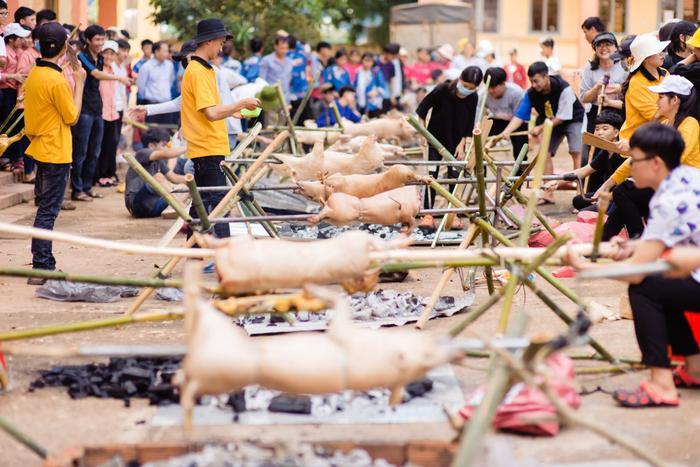 'Party ra trường' hoành tráng của học sinh Đắk Lắk: Đánh trận giả, thỏa sức nướng heo và thưởng thức rượu cần