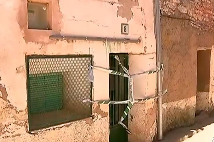 Thi thể của bàAngela bị đổ bê tông chôn xác trong tường nhà.