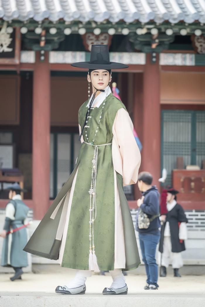 Bộ ảnh đẹp nao lòng của Shin Se Kyung và Cha Eun Woo (ASTRO) trong 'Rookie Historian Goo Hae Ryung'
