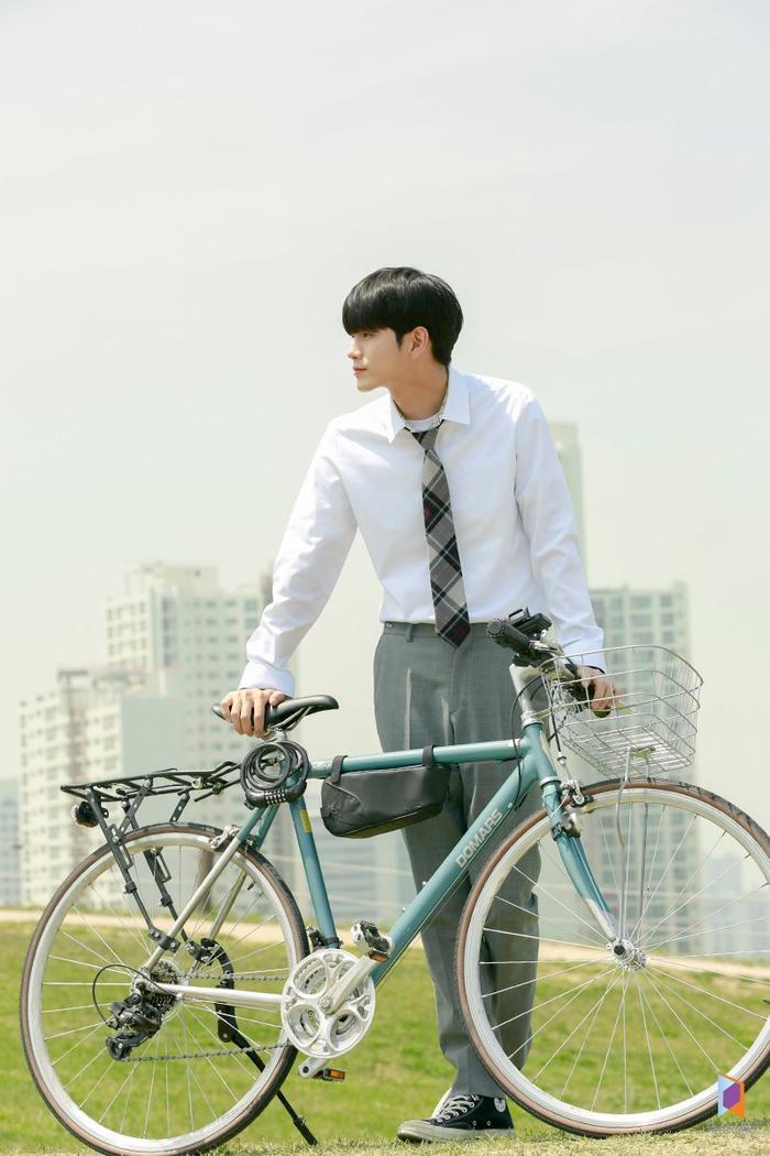 Dẫu vậy, Joon Woo vẫn là một chàng trai trẻ ngốc nghếch và dễ thương đến không ngờ. 18 Momentssẽkể về những sự kiện diễn ra khi Jun Woo chuyển trường và cách hòa nhập trong một môi trường mới.