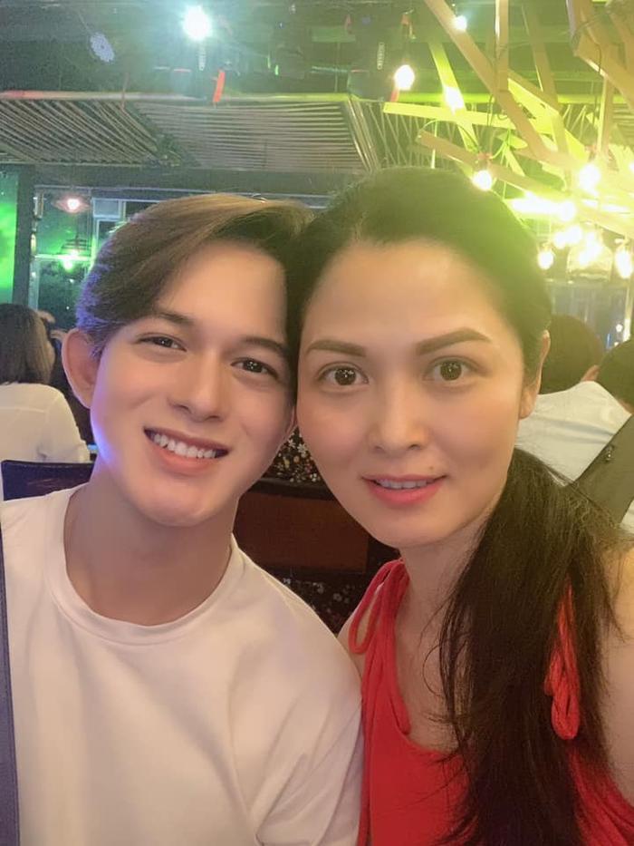 Thuý Hà chụp ảnh cùng Quang Anh trong tiệc chia tay đoàn phim.