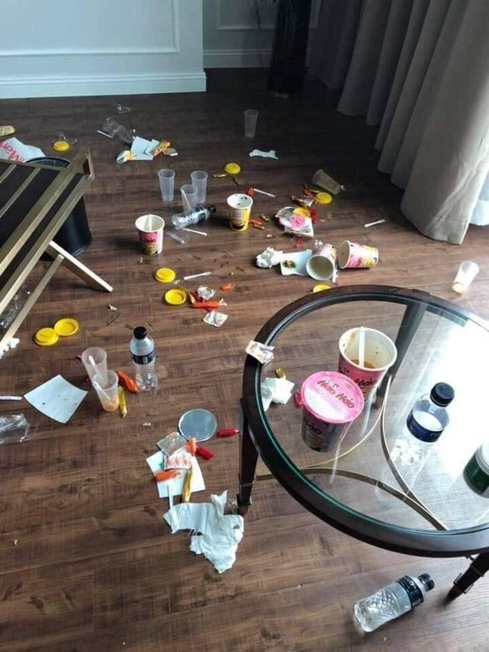 Cả đống mì tôm, chai nhựa vương vãi khắp phòng, ai mà chả phát khiếp.