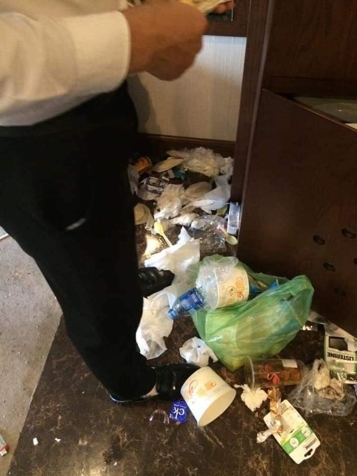 Nhìn cảnh này có khác gì đang đứng giữa đống rác…