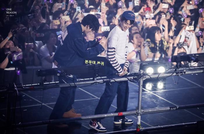 Hành động lễ phép của Jungkook và Jimin tại fan meeting với một người phụ nữ lớn tuổi đã được đánh giá rất cao.