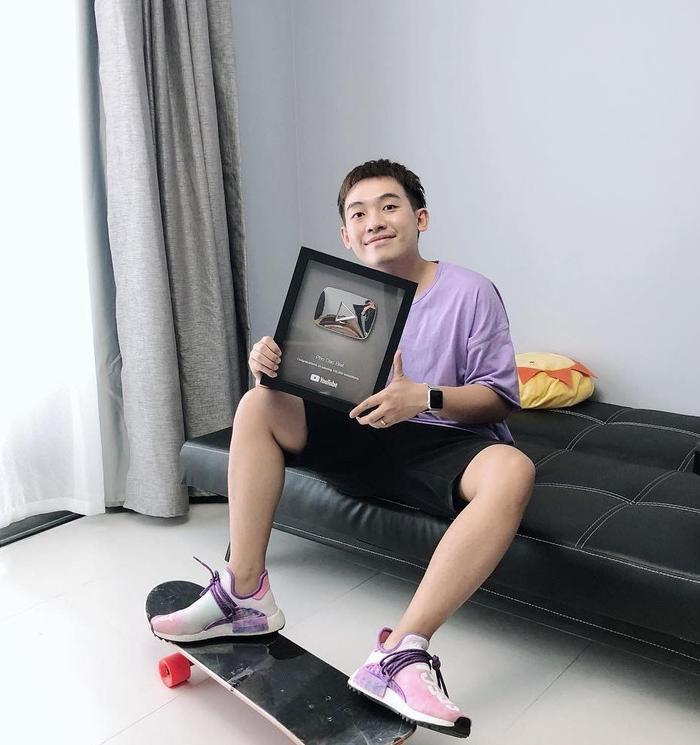 Vào cuối năm 2013, Phở Đặc Biệt nhanh chóng vụt thành ngôi sao trong giới trẻ, anh chàng cũng chính là người thứ 2 nhận được nút vàng từ YouTube sau vlogger JVevermind.