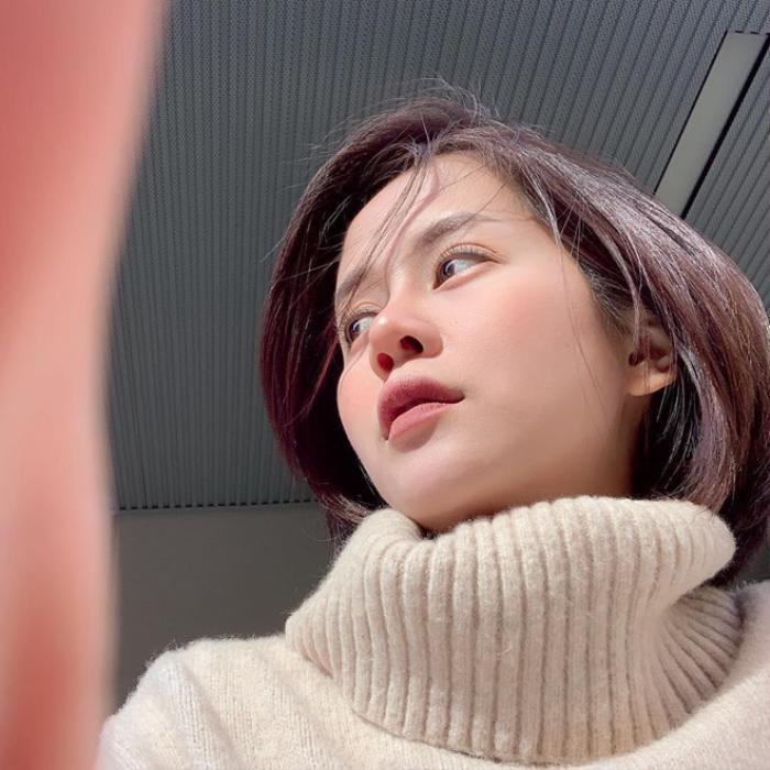 """Tháng 9/2018, An Nguy vướng tin đồn hẹn hò với diễn viên Kiều Minh Tuấn. Ồn ào tình cảm của cả hai thu hút sự chú ý của dư luận trong một thời gian, An Nguy bị chỉ trích nặng nề khi được coi là """"người thứ 3"""" chen chân vào mối quan hệ của Kiều Minh Tuấn - Cát Phượng. Sau scandal tình cảm, vlogger đình đám một thời quay trở lại Mỹ để tiếp tục học tập và tuyên bố tạm dừng hoạt động nghệ thuật."""