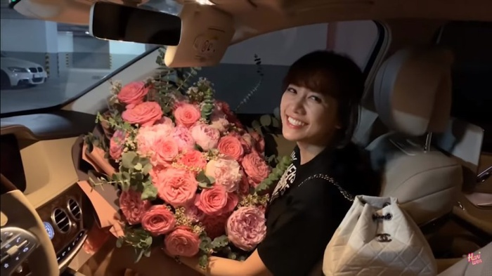 Trấn Thành gây bất ngờ cho Hari Won khi tặng cho cô một bó hồng 'siêu to khổng lồ'