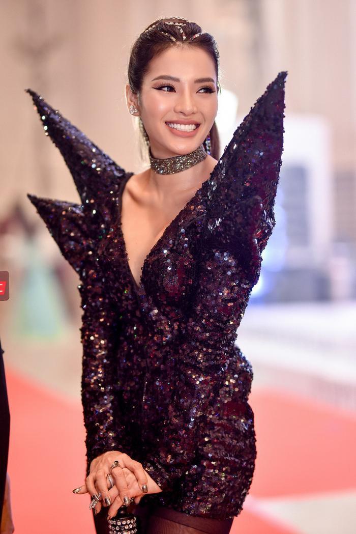 """Chiếc váy phom dáng ấn tượng cùng chất liệu sequin thật sự khiến Phương Trinh Jolie trở nên """"nổi bần bật"""" trên thảm đỏ."""