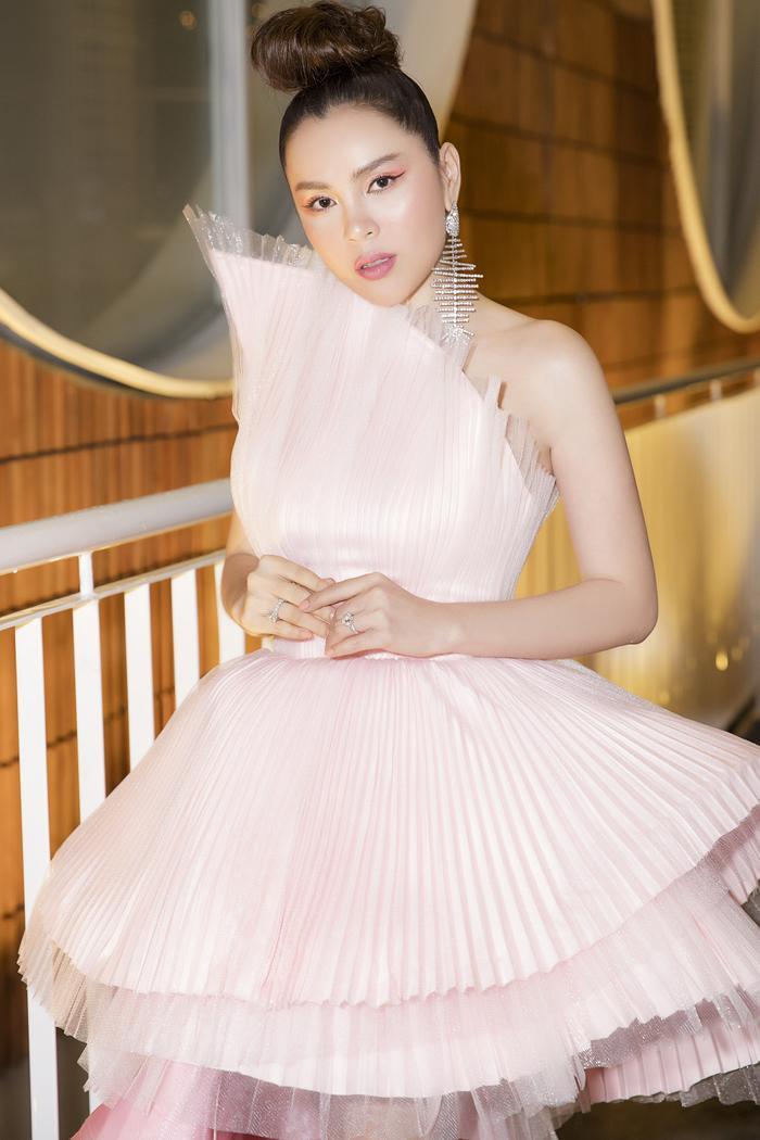 Hoa hậu Phương Lê ngọt ngào và nữ tính với set đồ hồng xòe theo phom dáng bất đối xứng.