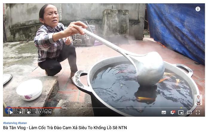 Cộng đồng mạng tranh cãi kịch liệt trước nghi vấn Bà Tân Vlog dùng cùng 1 chiếc vá để cho heo ăn và khuấy trà sữa ảnh 4