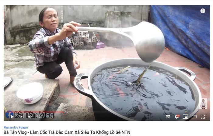 Cộng đồng mạng tranh cãi kịch liệt trước nghi vấn Bà Tân Vlog dùng cùng 1 chiếc vá để cho heo ăn và khuấy trà sữa ảnh 6
